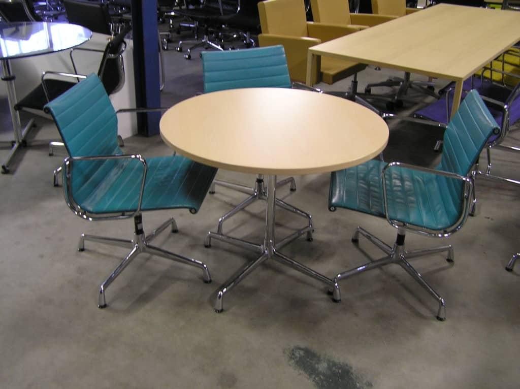 Acht ronde vitra eames tafels diameter 90 cm dodesign - Originele eames fauteuil ...